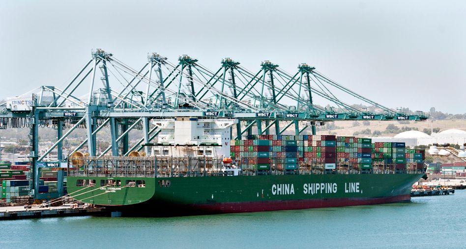 Chinesisches Containerschiff im Hafen von Long Beach, Kalifornien (2012)