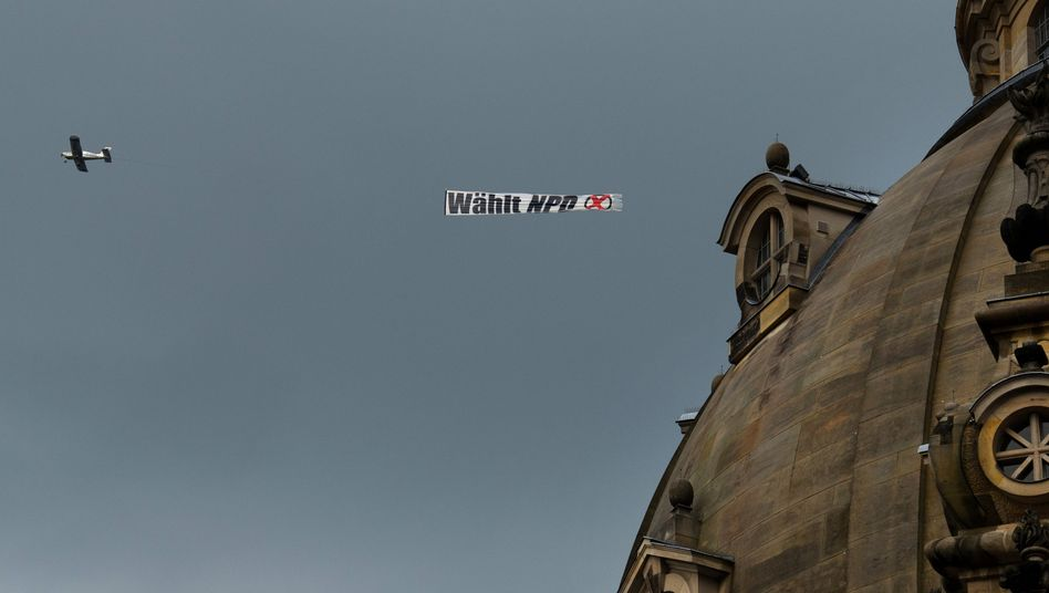 """Flugzeug mit NPD-Banner (im August in Dresden): """"Auf den Leim gegangen"""""""