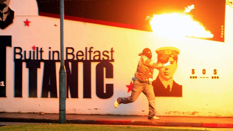 Belfast: Protestanten und Katholiken liefern sich Straßenschlachten