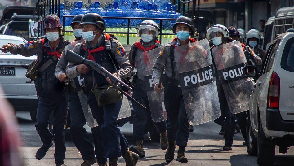 Im Einsatz gegen Demonstranten, aber auch gegen Journalisten: Polizeikräfte in Myanmar