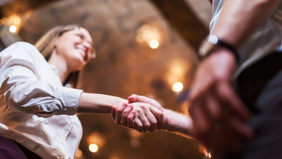 Händedruck statt Chatbots: Das klassische Bewerbungsgespräch bevorzugen über 80 Prozent der befragten Unternehmen