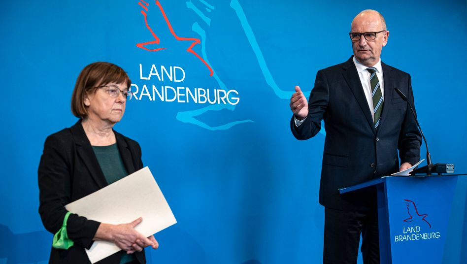 Brandenburgs Regierungschef Dietmar Woidke und Gesundheitsministerin Ursula Nonnemacher geben neue Corona-Maßnahmen bekannt