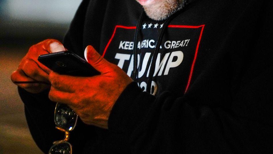 Demonstrant mit Smartphone: Umstrittenes Netzwerk