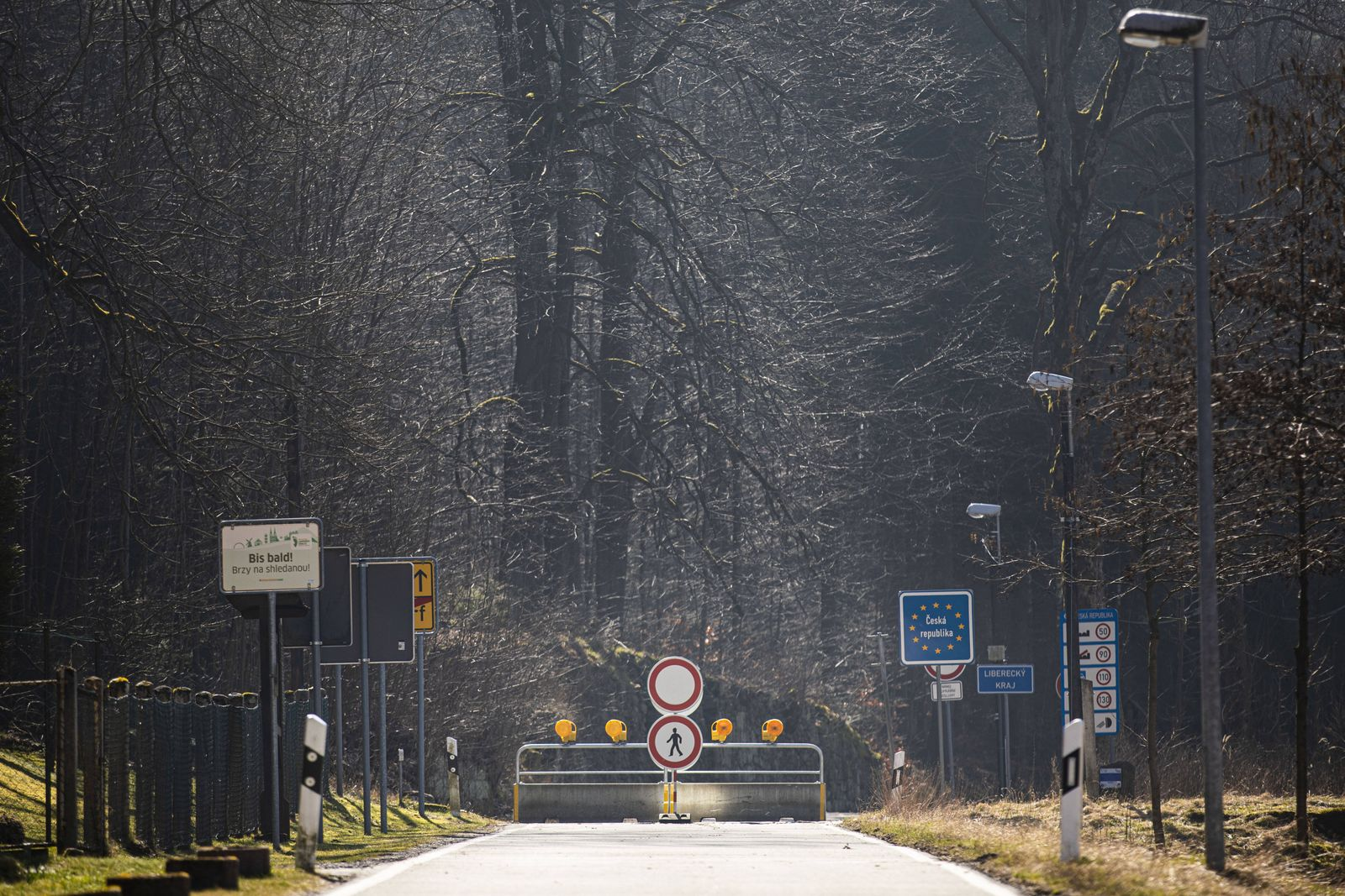 Eine Barriere hindert an der Einreise nach Tschechien in Jonsdorf, 18.03.2020. In der Nacht vom 14.03. zum 15.03. wurden