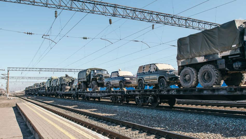Ein Güterzug mit Militärfahrzeugen auf den Weg zur Krim – Aufnahme von Bahnhof in Maslowka am 10. April 2021