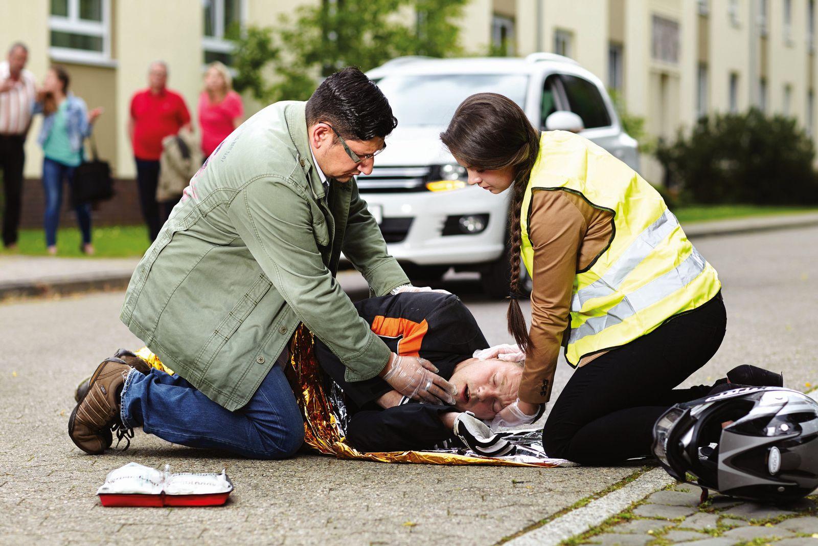EINMALIGE VERWENDUNG Plötzlich Lebensretter - Was Unfallhelfer wissen müssen