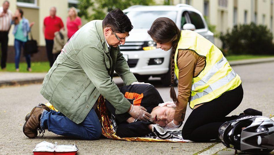 Unfallort: Wer atmet und bewusstlos ist, sollte in die stabile Seitenlage gebracht werden