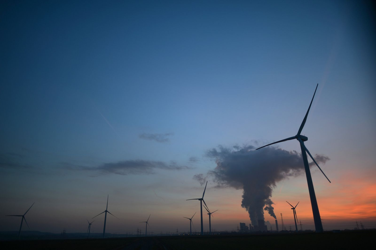 Windräder vor Kohlekraftwerk