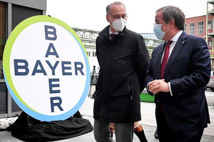 NRW-Ministerpräsident Armin Laschet (r.) und Bayer-Chef Werner Baumann besuchen die Produktionsstätte des Curevac-Impfstoffs