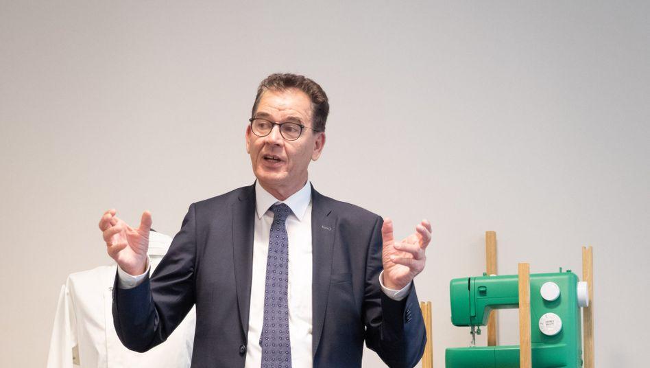 """Bundesminister Gerd Müller während einer Presseveranstaltung in Hamburg: """"Millionen Menschen aus der Armut holen"""""""