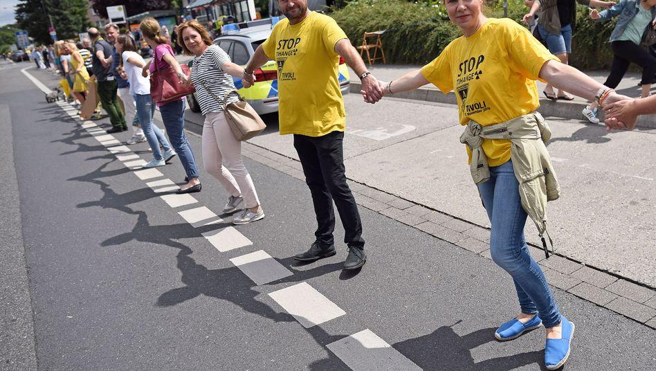 Händchenhalten gegen Atomkraft: Demonstranten in Aachen