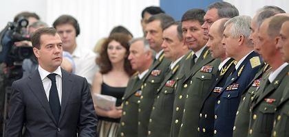 """Russlands Präsident Medwedew empfängt Offiziere, die im Kaukasus eingesetzt waren: """"Der Krieg hätte für ihn ein echtes Fiasko werden können"""""""
