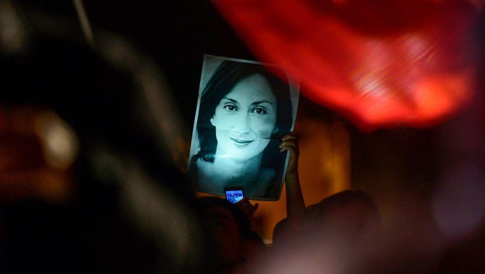 Ein Demonstrant hält ein Bild der ermordeten Reporterin Daphne Caruana Galizia vor dem Büro des maltesischen Premierministers