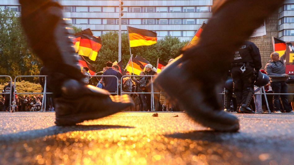 """Polizisten sichern eine Demonstration von """"Pro Chemnitz"""" (Archiv)"""