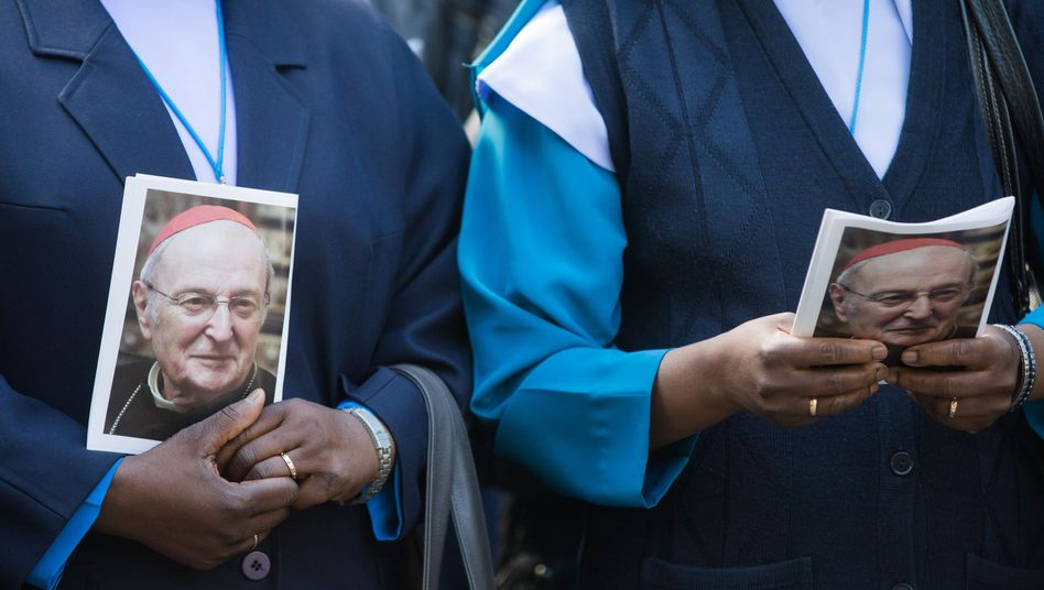 Trauernde mit Porträt von Kardinal Meisner