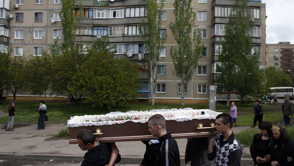 Trauerzug für getötete Zivilistin in der Ostukraine (Archivbild): Erschreckende Statistiken