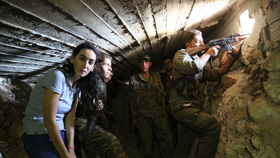 Journalistin Jenan Moussa (l.): In einem Tunnel mit kurdischen Kämpfern, die Afrin gegen den syrischen Qaida-Ableger Nusra-Front verteidigen