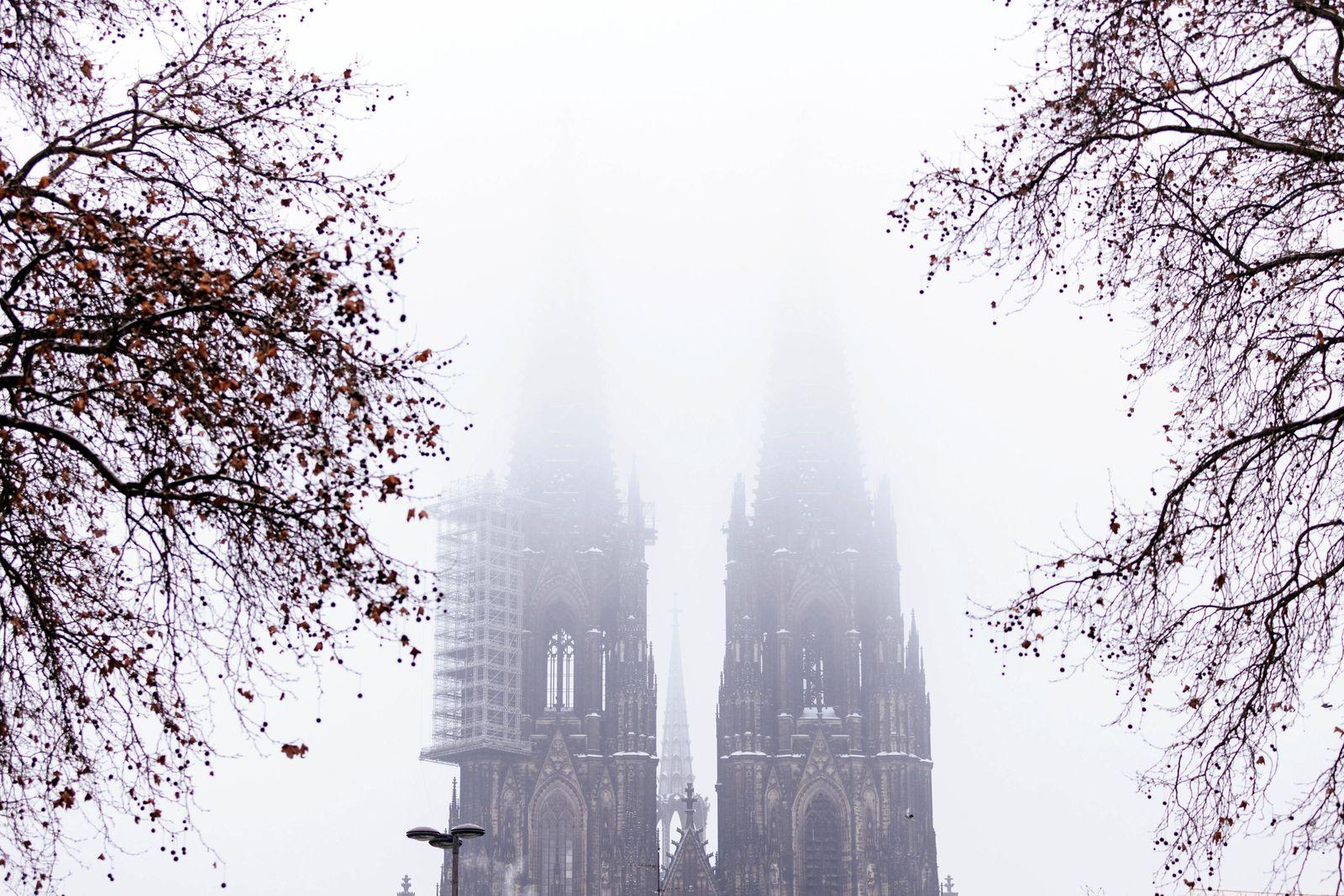Der Kölner Dom an einem Wintertag. Der Kölner Kardinal Rainer Maria Woelki steht seit Monaten in der Kritik, weil er ein