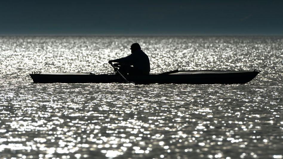 Ein Mann rudert auf dem Bodensee