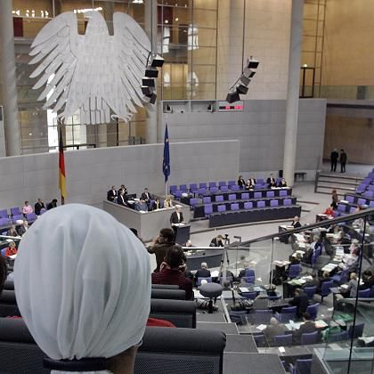 A Turkish-German parliamentarian has received death threats for her critique of the head scarf.