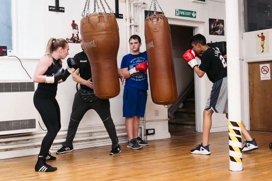 Jugendliche trainieren in Baz' Boxklub