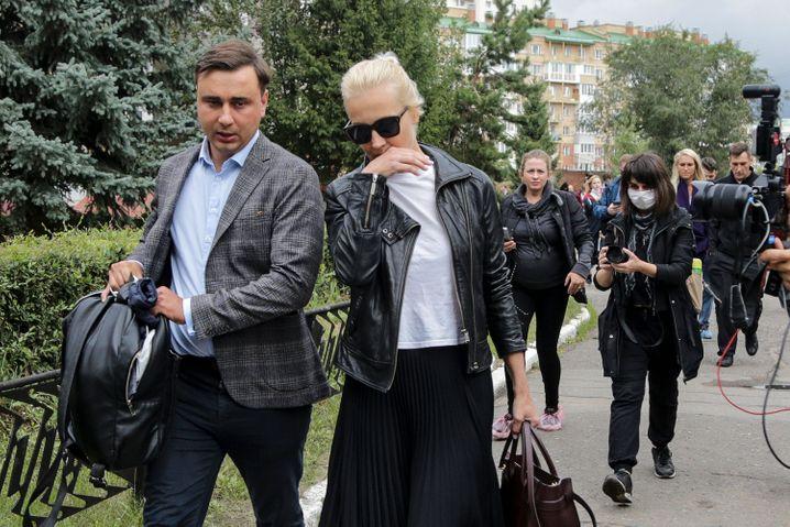 Julia Nawalnaja (r.) und Iwan Schdanow vor der Klinik in Omsk