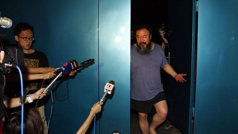 Ai Weiwei an seiner Wohnungstür: auf Kaution frei