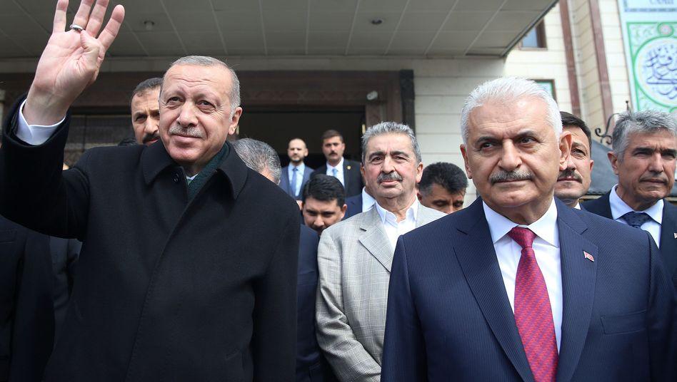 Recep Tayyip Erdogan (l.), Binali Yildirim: Wollen das Ergebnis nicht hinnehmen