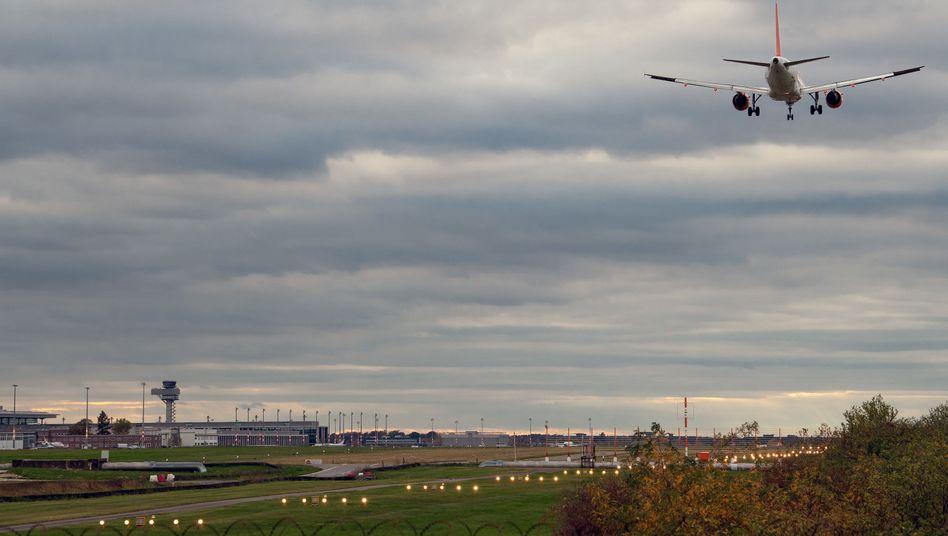 Ein Flugzeug landet auf der Bahn des Flughafens Berlin-Schönefeld