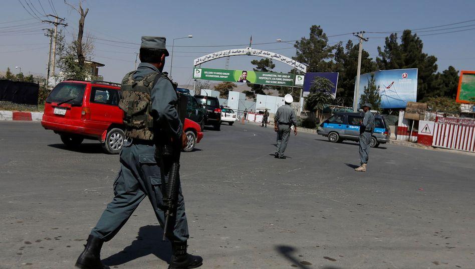 Sicherheitskräfte vor dem Flughafen Kabul