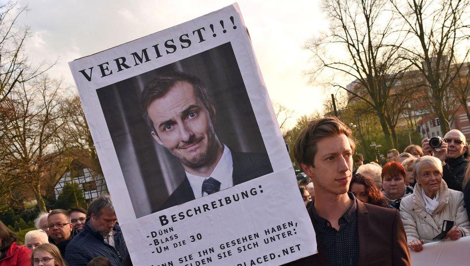 """Schauspieler Max Mauff mit """"Vermisstenanzeige"""" von Jan Böhmermann"""