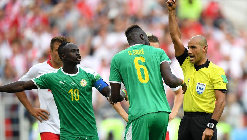 Salif Sané sieht im Spiel gegen Polen Gelb
