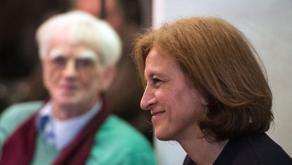 Grünen-Politikerin Canan Bayram, im Hintergrund Hans-Christian Ströbele
