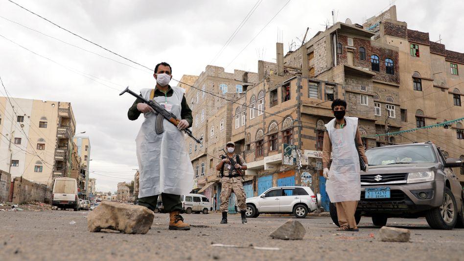Sicherheitskräfte mit Schutzmasken in der jemenitischen Hauptstadt Sanaa (im Mai 2020)