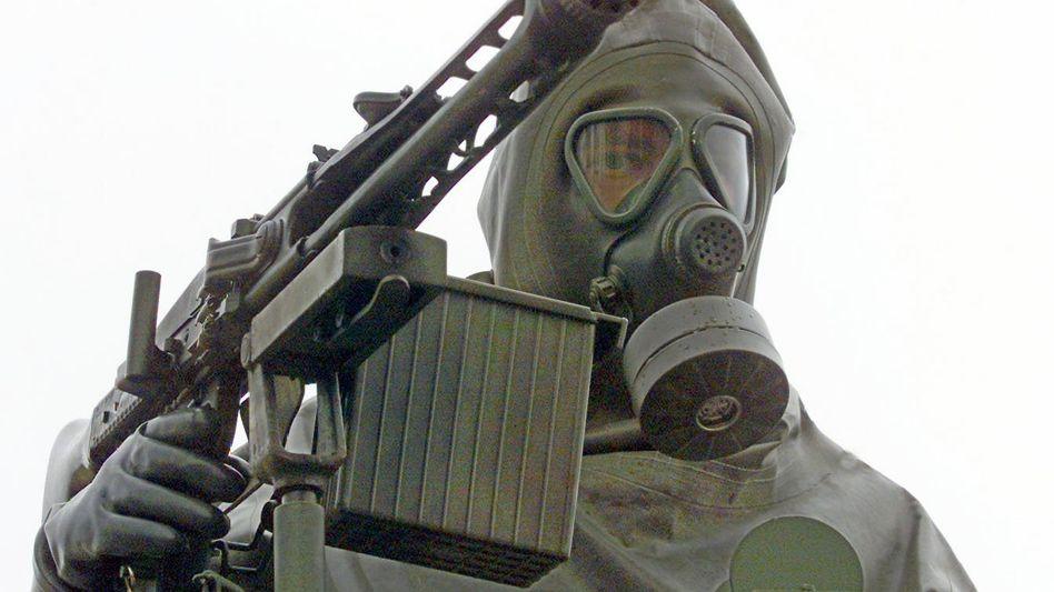 Bundeswehrsoldat im Schutzanzug (Archivaufnahme)