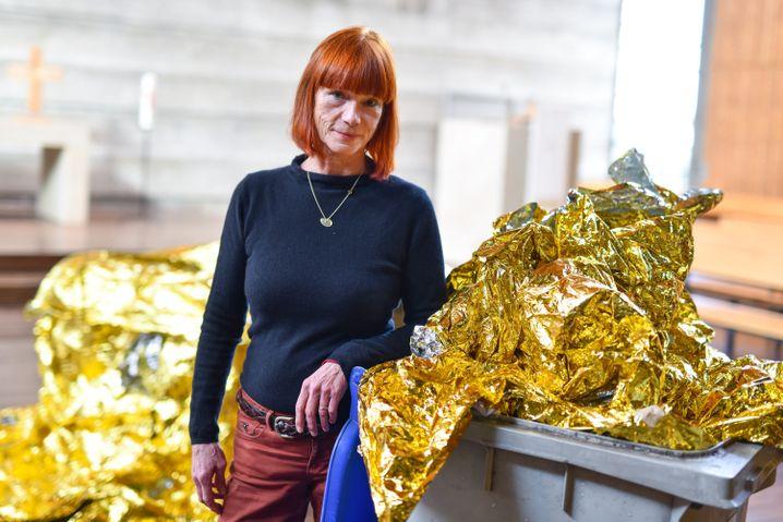 Romana Menze-Kuhn nutzte den Zwischenfall und baute die Mülltonne in ihr Werk mit ein