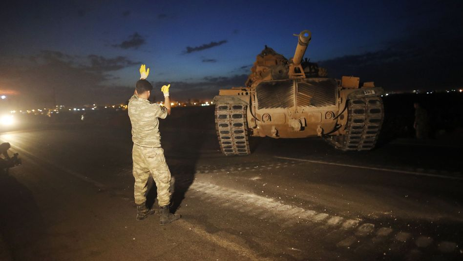"""Türkischer Panzer an der Grenze zu Syrien: """"Wir können jeden Moment zuschlagen"""""""
