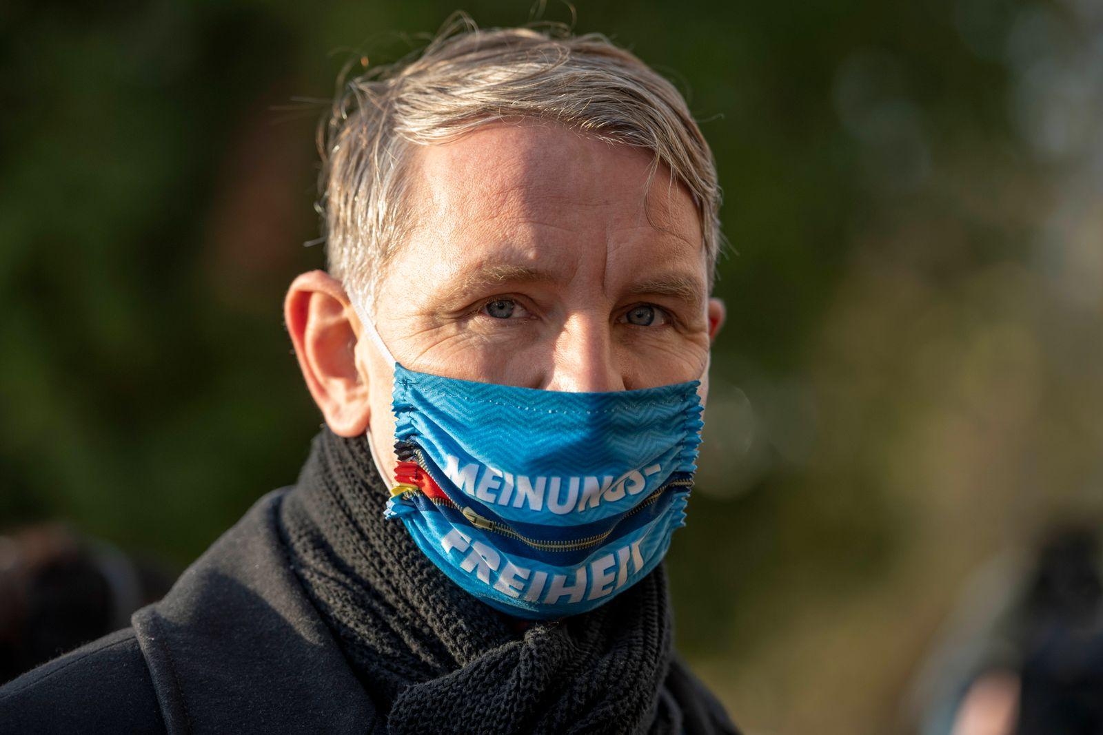 AFD THÜRINGEN LANDESPARTEITAG 21/11/2020 - Pfiffelbach: Björn Höcke (AfD) mit einem Mund-Nasen-Schutz vor dem Hotel Pfi