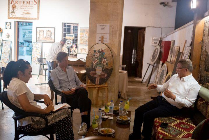 Davutoǧlu (center) during his interview in Antakya with Sebnem Arsu and Maximilian Popp of DER SPIEGEL