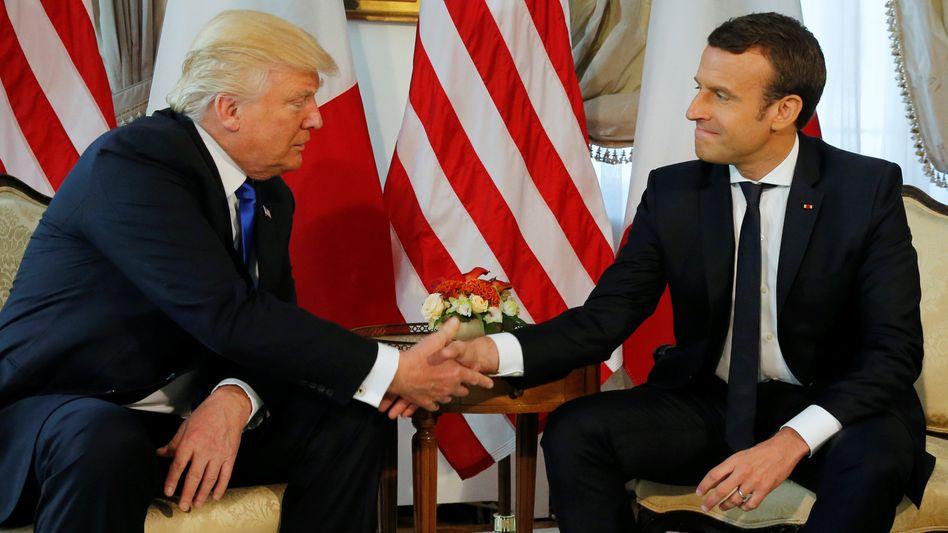 Frostige Beziehung: US-Präsident Trump (links) und Frankreichs Präsident Macron (Archivbild)