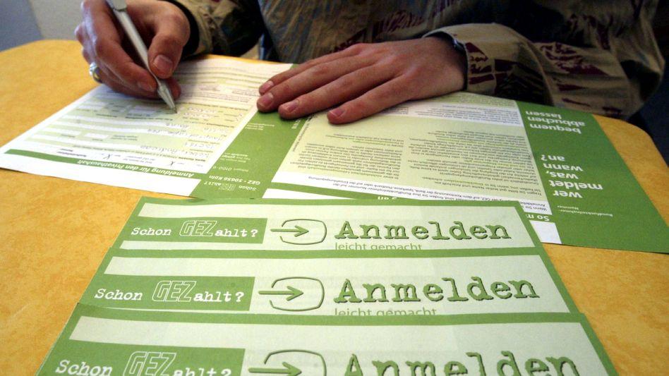 Ein Mann füllt einen GEZ-Anmeldebogen aus: Der neue Rundfunkbeitrag sorgt für Ärger