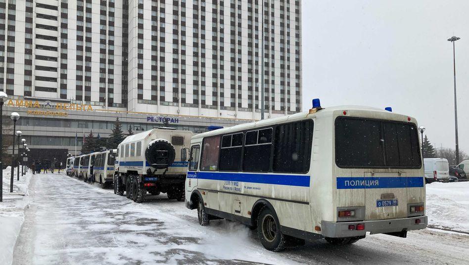 Gefangenentransporter vor dem Veranstaltungsort in Moskau: Razzia und Festnahmen