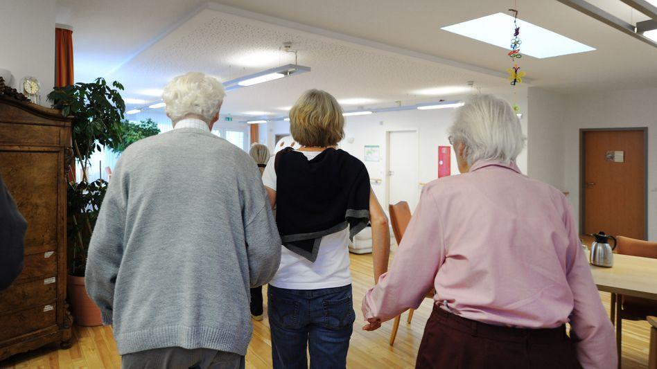 Pflegemitarbeiterin mit zwei Bewohnern: Angst mit Grund