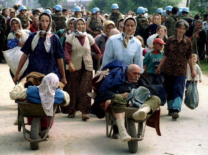 """Bosnische Musliminnen flüchten aus Srebrenica (1995): """"Er erkennt unser Leiden nicht an"""""""