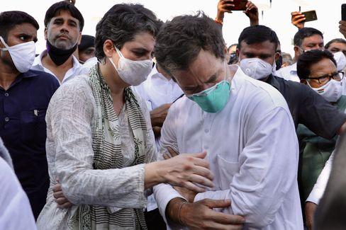 Priyanka Gandhi Vadra und ihr Bruder Rahul Gandhi. Der Oppositionsführer wurde bei Zusammenstößen mit Polizisten am Arm verletzt.