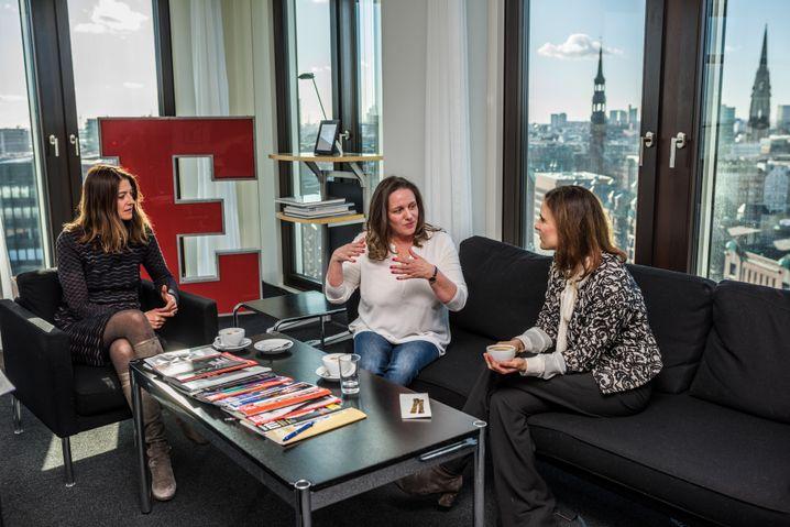 Röhl (M.) beim SPIEGEL-Gespräch mit den Redakteurinnen Cordula Meyer und Susanne Beyer in Hamburg