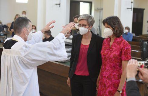 Pfarrvikar segnet Paar bei Katholischem Gottesdienst