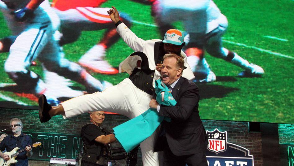 Groß inszeniertes Spektakel: Beim NFL-Draft 2019 feiert Christian Wilkins mit Commissioner Goodell