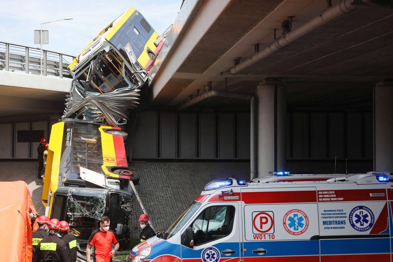 Bus stürzt in Warschau von Überführung