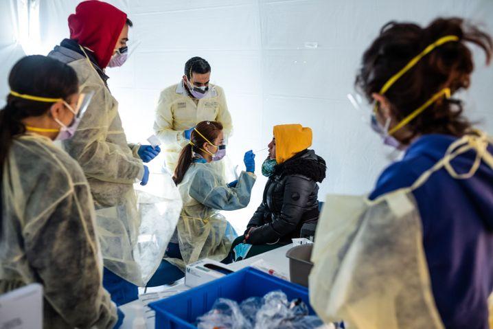 Arbeit an der Belastungsgrenze: Krankenhauspersonal in der Bronx wird auf Covid-19 getestet